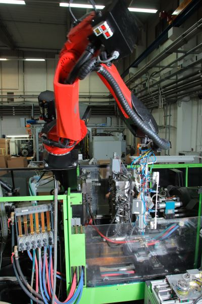 OvermOvermoulding and robot with 6 axesoulding
